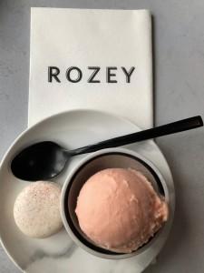 Restaurant Rozey's bloedsinaasappelijs met macaron