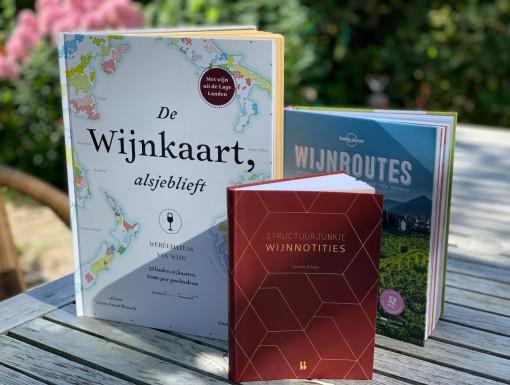 3 x wijnboeken op de tuintafel