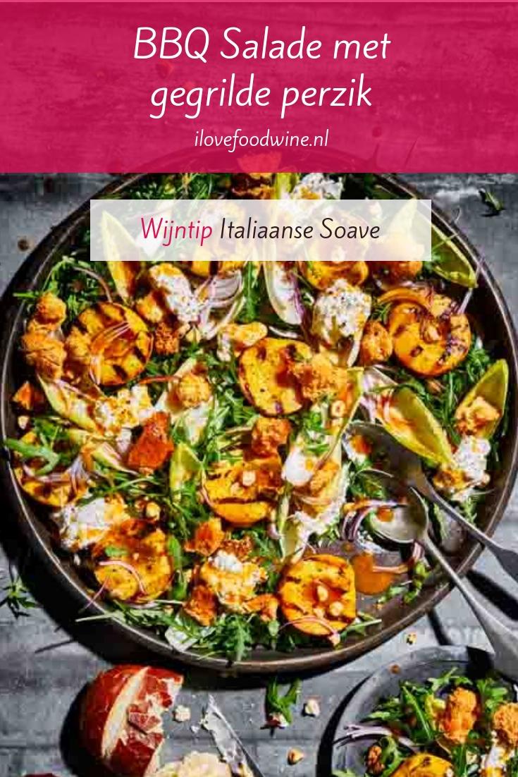 Recept: Salade voor bij de barbecue met burrata (soort mozzarella) en gegrilde verse perzik. Afkomstig van Jord Althuizen. #BBQ #zomer #salade