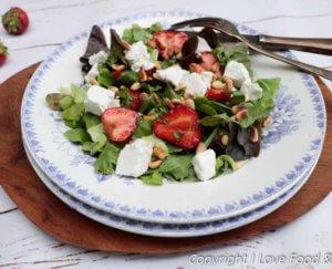Salade met gemarineerde aardbeien en verse geitenkaas