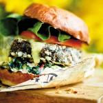 Broodje zwarte bonenburger met coleslaw uit kookboek Vega BBQ