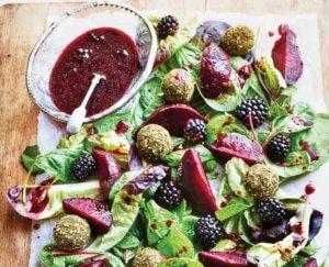Salade met bramen en geitenkaas
