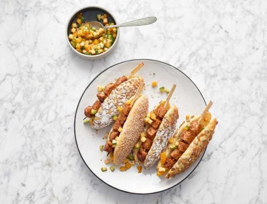 Broodje saté van tempeh met roedjak uit het kookboek Groen op kolen van Leonard Elenbaas en Jeroen Hazebroek