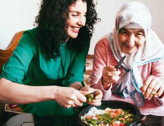 Nadia Zerouali met haar oma Gadra Gadari uit het kookboek Henna Hanina