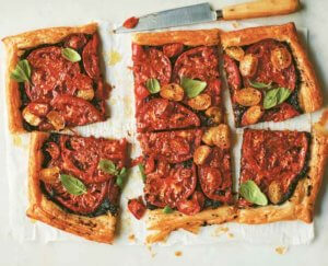 Tomatentaart met olijventapenade uit het kookboek Provence van Alex Jackson