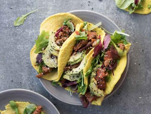 Taco met kipsalade en avocado uit het kookboek taco's & tortilla's
