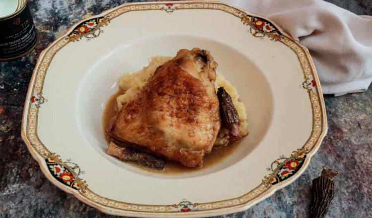 Kip met morilles en romige truffelsaus