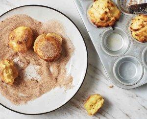 Ricotta beignets met kaneelsuiker uit het kookboek Vers uit de oven van Ajda Mehmet