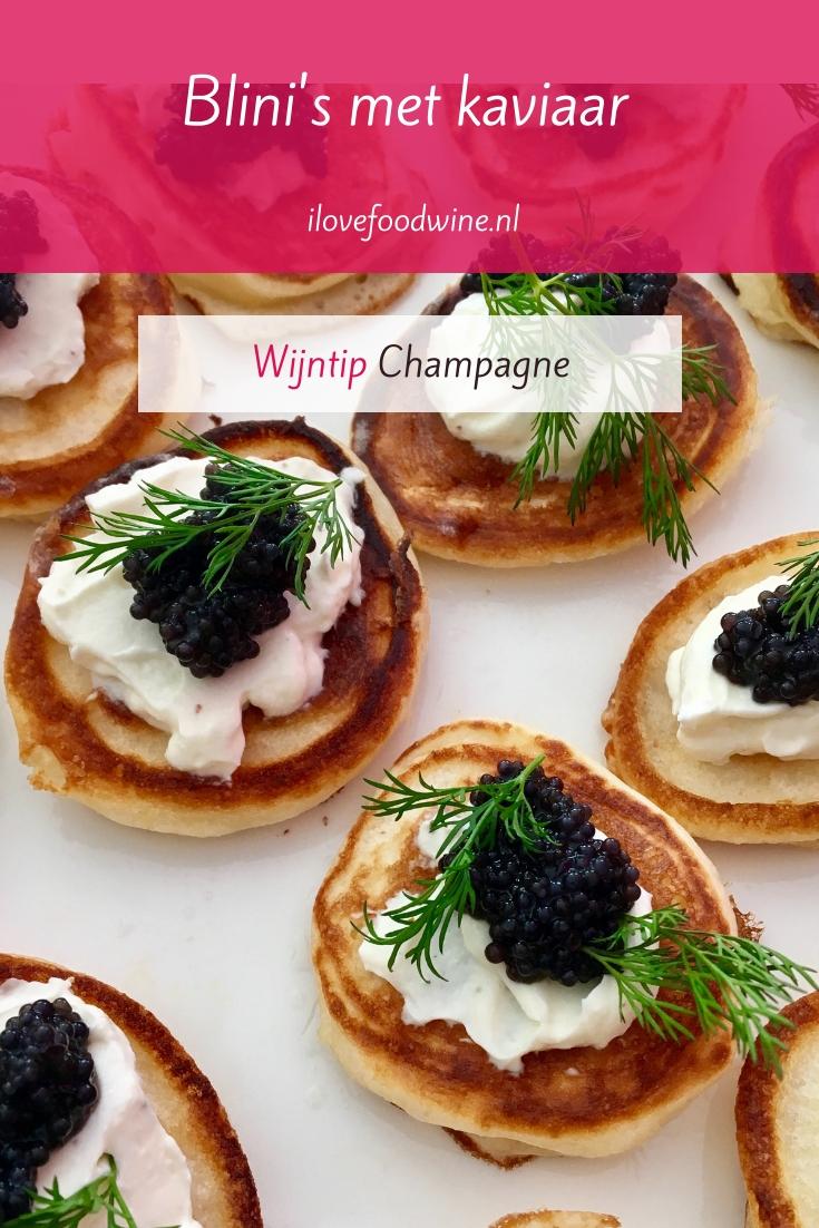Recept: blini's met kaviaar. Een Russische klassieker, gemaakt van boekweitmeel. Het zijn kleine mini-pannenkoekjes die je kunt bakken in een poffertjespan. De ultieme wijn-spijscombinatie met champagne. Verrassend borrelhapje met Oud & Nieuw. Lees het recept op de website! Welke wijn past hier nog meer bij? #champagne #aperitief #mini-hapje #borrelhapje #homemade