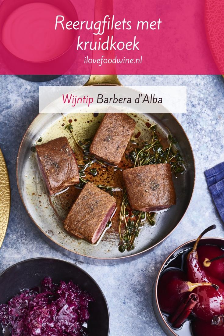 Recept: reerugfilets met een krokante kruidkoeklaagje. Recept van Jonathan van Zandbergen van restaurant Merlet. Staat in het nieuwste kookboek 'Vijf seizoenen'. Combineer met rodekool en stoofpeertjes. Lees het hele recept op de website! Welke wijn past hier nog meer bij? #wijn-spijscombinatie #feestelijk #kerst #wild #vlees #etentje #dineetje