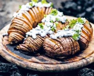 Zoete aardappel Hasselback uit het kookboek Roots van Dagny Rós