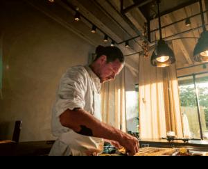 Kobe Desramaults aan het werk in zijn restaurant Chambre Séparée