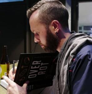 Meneer Wateetons signeert zijn kookboek