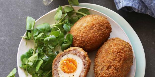 Scotch eggs uit het kookboek Eieren van Sophie Matthys