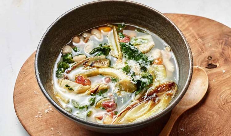 Winterse groentesoep met witlof en witte bonen uit Vers uit de oven