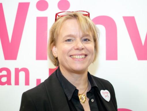 Anja Vondenhoff lachend, genomineerd als Wijnvrouw van het Jaar 2020