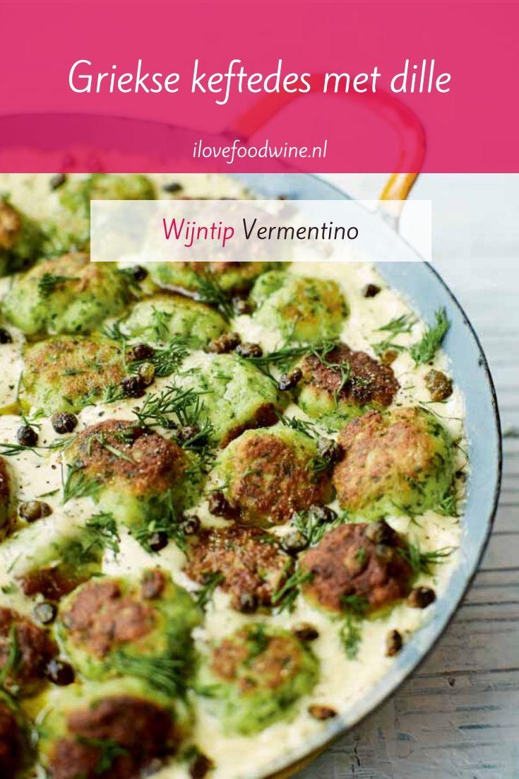 Recept: Griekse keftedes met een twist. Keftedes zijn smeuïge gehaktballetjes. In dit recept gemaakt van vis in plaats van vlees. Gaar gesudderd in een romige saus van crème fraîche en dille. Zo leer je kinderen vis eten. Verrassend en makkelijk. Uit het kookboek Cyprus van Georgina Hayden. Lees het hele recept op de website! Welke wijn past hier nog meer bij dan een Vermentino? #wijn-spijscombinatie #gehakt #Griekenland #vis #Cyprus