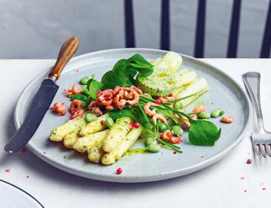 Asperges met tuinbonen en garnalen uit het kookboekje Asperges van de Nederlandse Jessica Lek