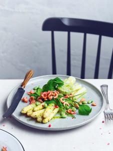 Asperges met tuinbonen en garnalen uit het kookboekje asperges van Jessica Lek