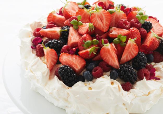 Pavlova met rood fruit uit het kookboek Ons Bakboek