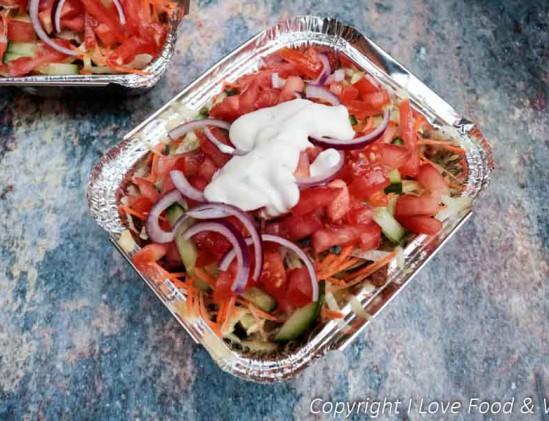 Vegetarische kapsalon met zoete aardappel en knoflooksaus