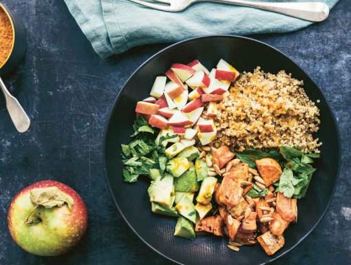 Salade met zoete aardappel & kurkumadressing uit het kookboek 'Salades in 6 stappen'.