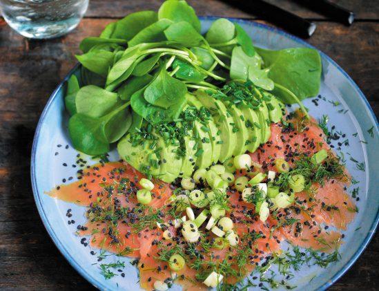 Gerookte zalm met avocado en postelein uit Ketokuur van Pascale Naessens