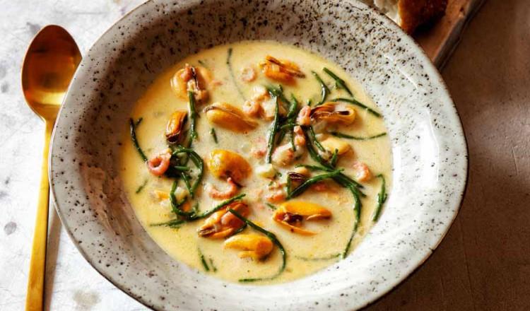 Mosselsoep met garnalen en zeekraal uit het kookboek Slim koken van Janny van der Heijden