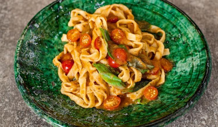 Pasta met tomaat en miso uit het kookboek Hemels Koken van Nicole Pisani