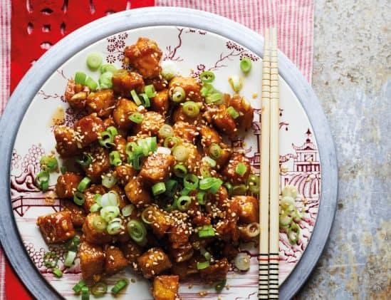 Tempé in hoisinsaus uit het kookboek Chinese Take Away Veggie