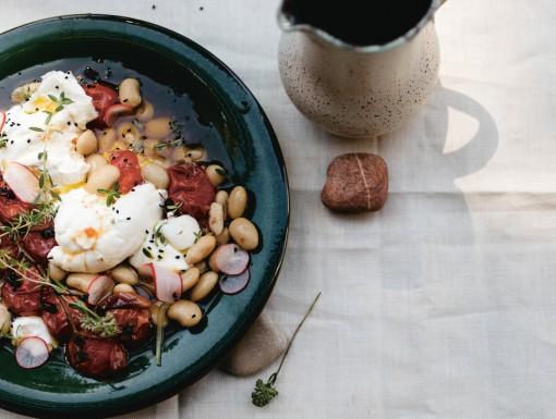Salade met limabonen, geroosterde tomaten en burrata uit het kookboek Salad Days van Ajda Mehmet