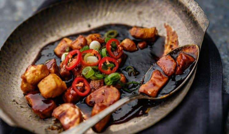 Kip ketjap uit het kookboek ruige Kost van Paskal Jakobsen en Edwin Vinke