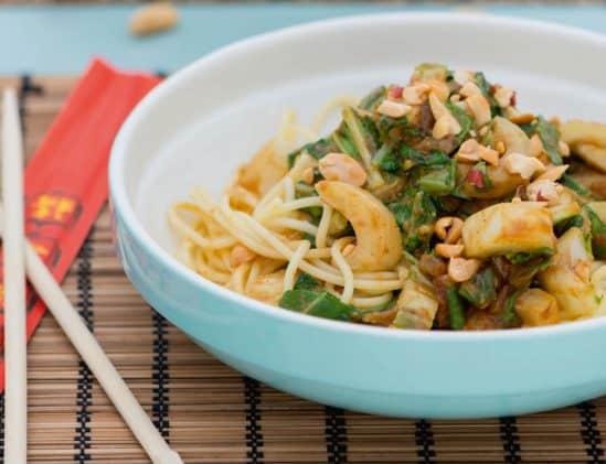 Spaghetti met pindakaas en paksoy uit het kookboek budget koken van Merlien Welzijn