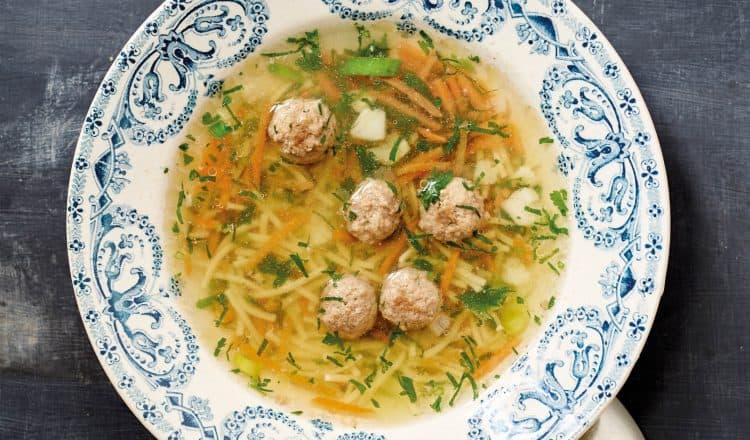 Verse groentesoep met balletjes uit het kookboek Bijbel van de Nederlandse keuken van Janneke Vreugdenhil