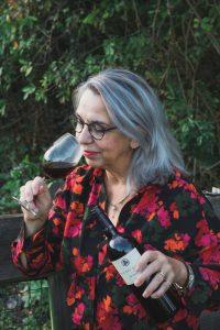 Jolande Vos met glas wijn