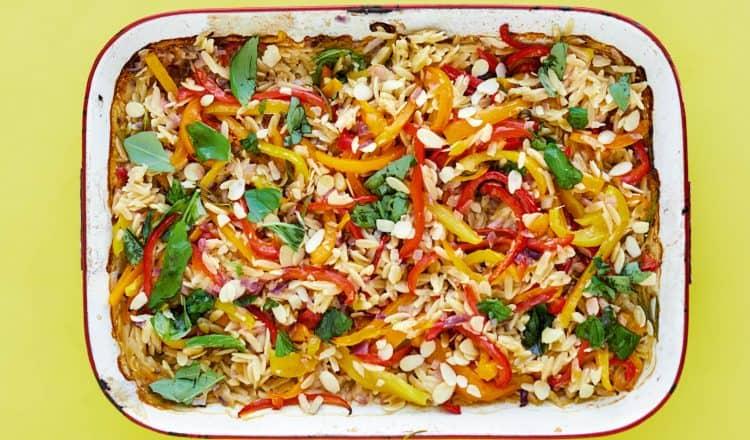 Orzo met geroosterde paprika's uit de Snelle Bakplaat van Rukmini Iyer