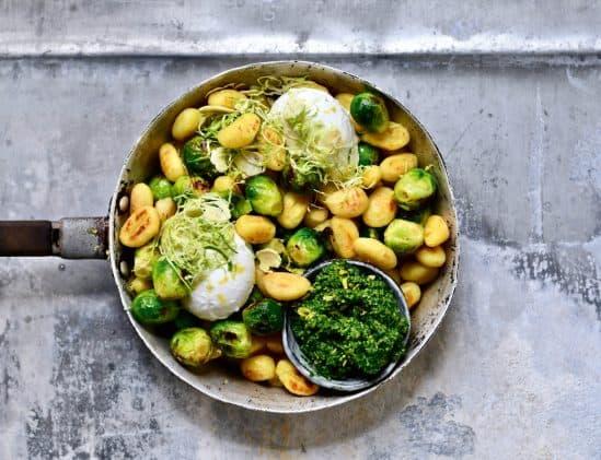 Gnocchi met spruitjes en boerenkoolpesto uit Winterkeuken van Colette Dike