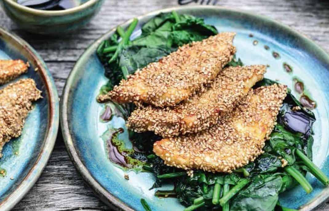 Kaas schnitzel: Gepaneerde halloumi met sesamzaad met spinazie van Pascale Naessens. Uit het kookboek Nog eenvoudiger 2