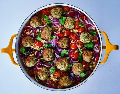 Lamsgehaktballetjes uit de oven met feta en bulgur uit Wereldse bakplaat van Rukmini Iyer