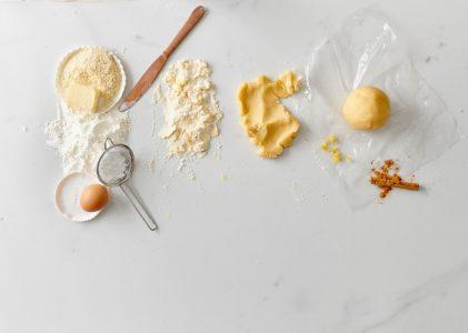 Ingrediënten voor basisrecept zandtaartdeeg uit kookboekje Nog meer kleine taartjes van Meike Schaling