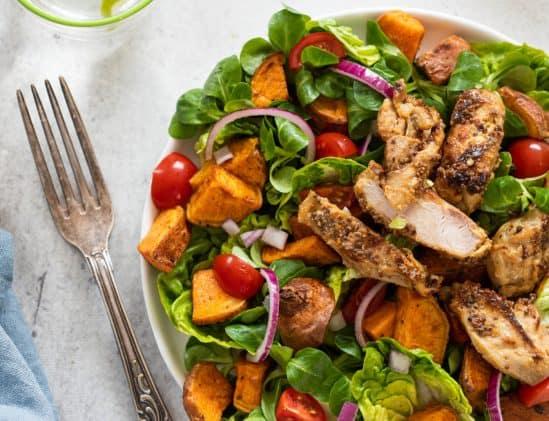 Salade met kip en tomaat uit het boek Intermittent Fasting van Hannah Vreugdenhil