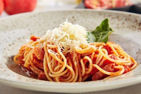 Spaghetti all'amatriciana, spaghetti met spek en tomaat