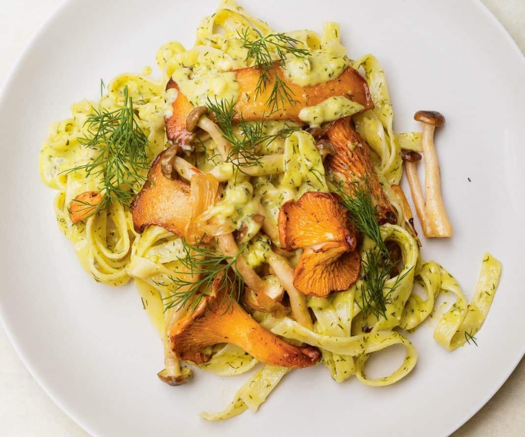 Tagliatelle met paddenstoelen en dille uit het kookboek Greenfeast van Nigel Slater