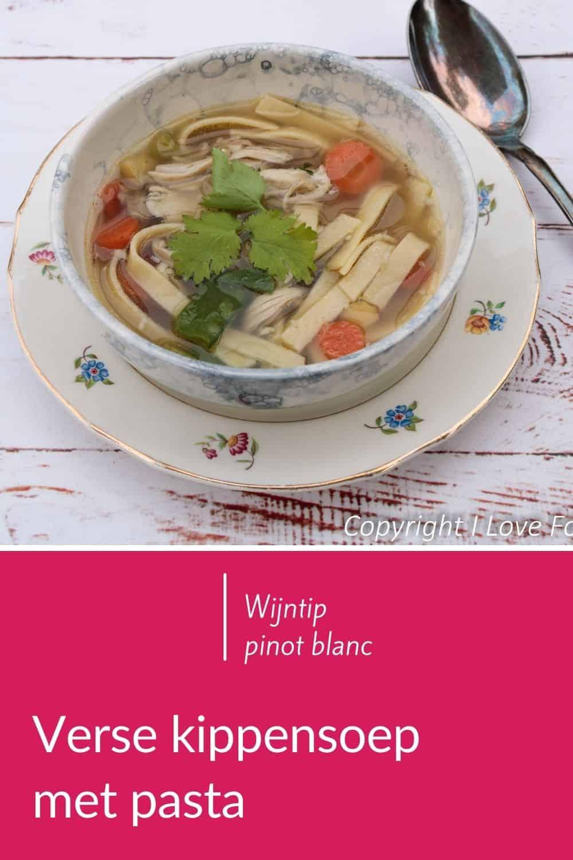Verse kippensoep met voorjaarsgroenten en pasta, gemaakt van homemade kippenbouillon. Zeer eenvoudige lentesoep die het goed doet als begin van een dinertje. Op het laatst gaan de groenten en pasta erbij: in 15 minuten klaar. Lees dit soep recept op mijn website. #eenvoudig #slank #gezond #homemade #voorgerecht