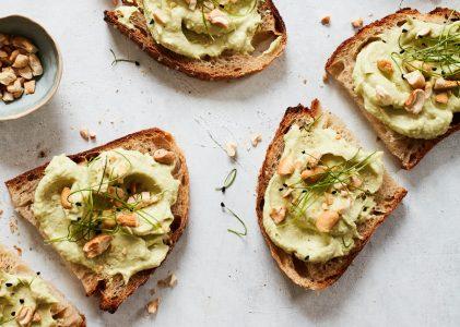 Vegan broodbeleg: Cashewnoten avocado hummus uit het kookboekje Hemelse hummus