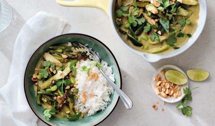 Groene curry met asperges uit het kookboek Easy Dinners van Louise de Brabandere
