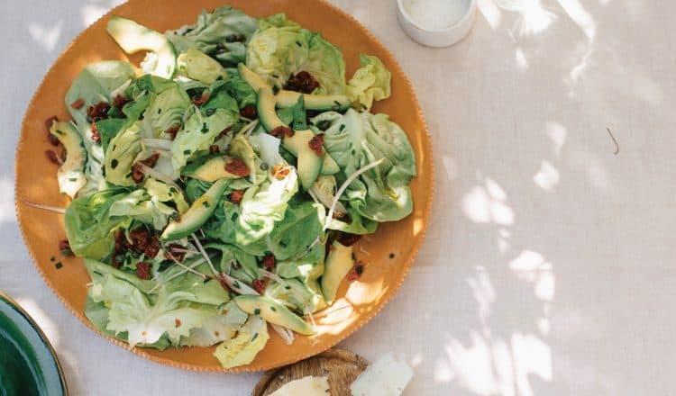 Botersla met ansjovisdressing uit het kookboek Salad Days van Ajda Mehmet