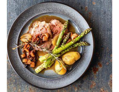 Lamsbout met gegrilde asperges uit het kookboek 10 jaar Jeroen Meus