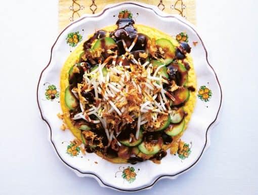 Tahoe telor (indische omelet met tahoe en ketjapsaus) uit het kookboek Boekoe kita van Mirjam van der Rijst