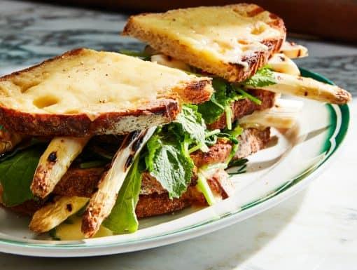 Voorjaars-sandwich met verse asperges en raapstelen uit het kookboek A la Minute van Mari Maris